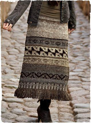 В Твиди геометрических параметров домотканой шерсти, длиной бахромой юбка Boho-шик взятие на традиционных андских рынка свитера.