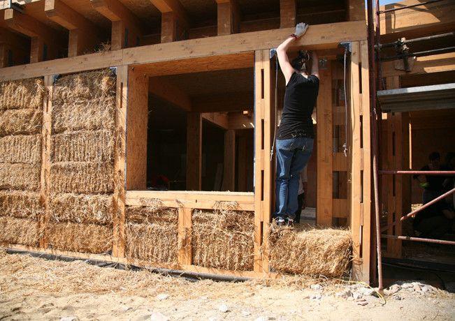 La primera casa urbana construida de fardos de paja en Roma, Italia