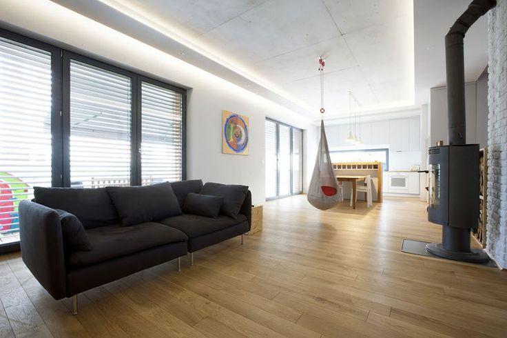 Betonowy sufit w salonie