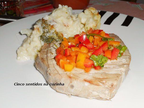 Cinco sentidos na cozinha: Bife de atum grelhado com molho de três pimentos