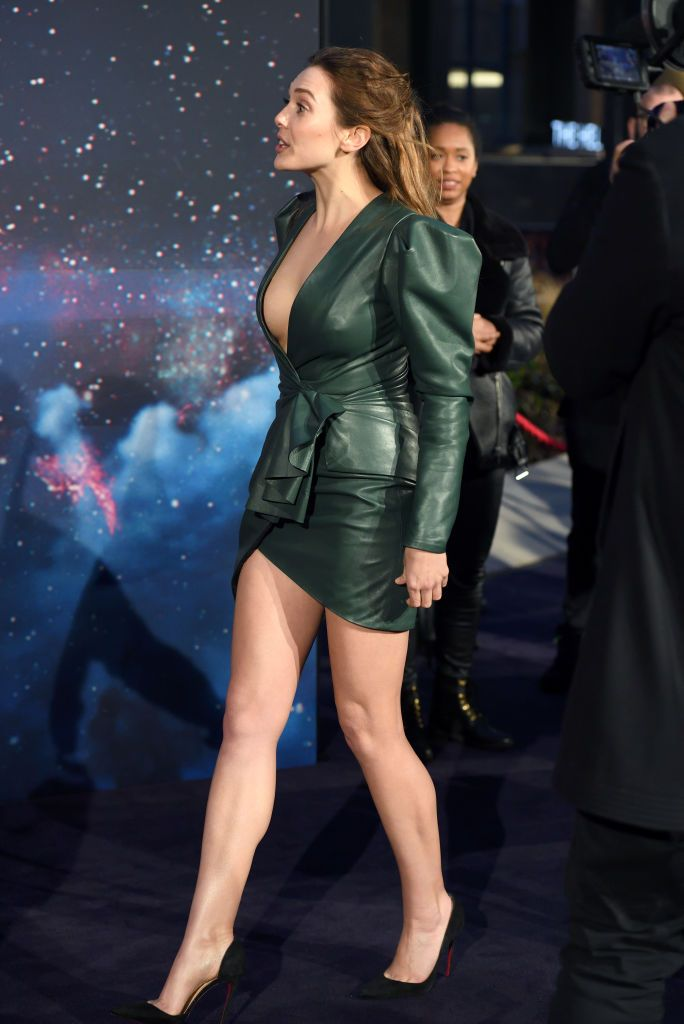 Elizabeth Olsen Stuns In Green Dress At Avengers Infinity War Fan Event Bounding Into C Elizabeth Olsen Bikini Elizabeth Olsen Elizabeth Olsen Scarlet Witch