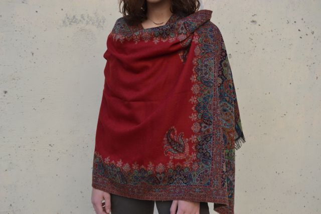 pashmina de lana cashmere y bordado a mano de la tienda onlyou on line de pashminas, bufandas, fulars,