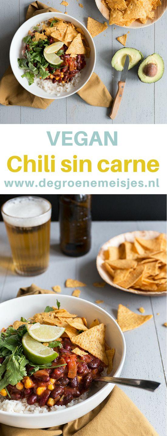 Recept vegan Chili sin carne: comfort food gemaakt met uitsluitend verse producten. Makkelijk en snel en geschikt om in grote hoeveelheden te maken. Lekker met rijst, tortilla chips, koriander en natuurlijk guacamole. Lees het recept op de blog.