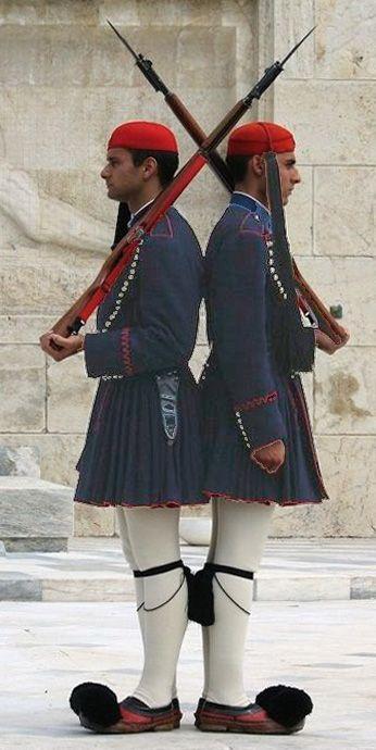 Changing of the guard in front of the Parliament in Athens. The Presidential Guard in traditional clothing  _  Őrségváltás a Parlament előtt, Athénban. Az Elnöki gárda, tradicionális öltözetben