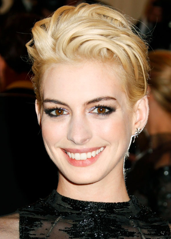 Short bouffant – Anne Hathaway Whether you love or hate the new hue, it's impossible not to be obsessed with Anne Hathaway's short 'do. Ultra-short in the back and bouffant up top, it's the ultimate proof that going short is a great shortcut for effortless sex appeal.