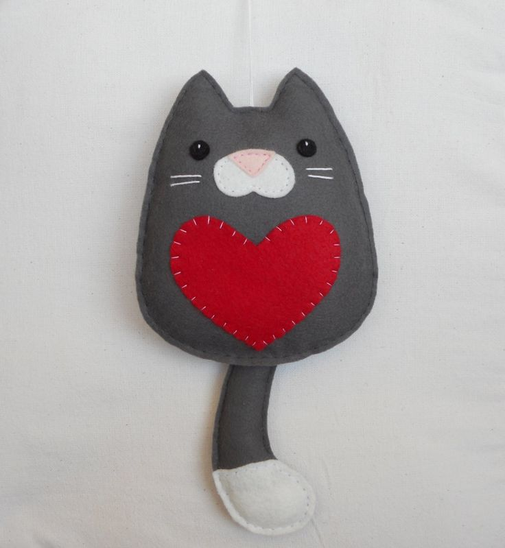 Gatito en fieltro - Cat with heart. Wall hanging ornament, felt decoration. €10,00, via Etsy.