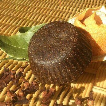 Para pelo graso Champú sólido-acondicionador 4 en 1. Si, si, habéis leído bien, un 4 en 1. Este pequeño milagro limpia como cualquier otro champú, pero además , acondiciona el pelo gracias a su bajo pH y su alto contenido en activos hidratantes y desenredantes, mantiene el color de cabellos teñidos con henna ( ya que contiene henna y cacao) y sus aceites esenciales de clavo, canela y romero constituyen un tónico ideal para el cuero cabelludo. Resulta ideal para pelos secos teñidos con henn