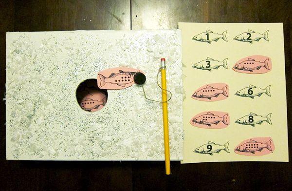 Подлёдная рыбалка  Это смесь рыбалки и бинго) Мне тут ещё очень понравилась идея — чтобы магнит цеплял рыбок , то к ним просто пристеплериваются скрепки. - See more at: http://www.kokokokids.ru/2013/01/big-winter-post-2013.html#sthash.Rg842BFv.dpuf