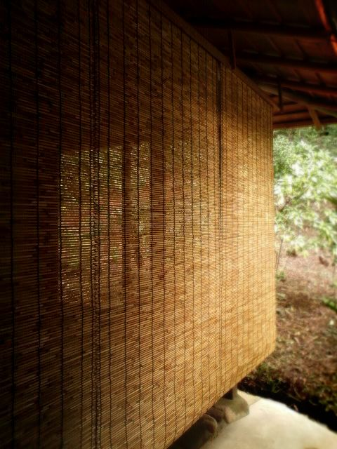 広島 福山 茶室【秀路軒】 縁に面した軒のすだれは、足元いっぱいまで長いすだれが掛けられます。 これも、外の光や風景を遮り、茶席の濃密で集中した時間を演出するためです。