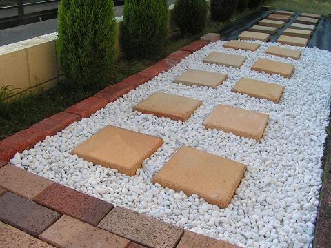 庭の砂利敷き(今度は西側) : 下手っぴハンドメイド pe-tappi d0116969_7443019.jpg