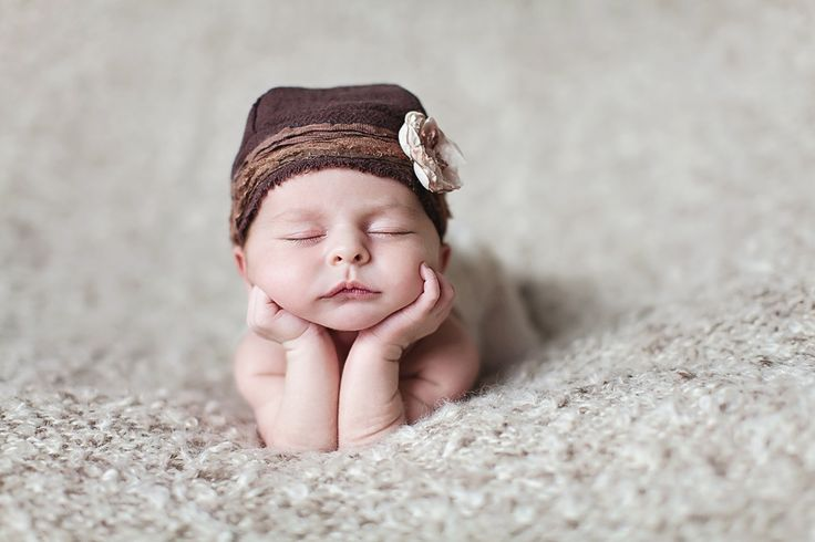 Chin in hands pose, a favorite newborn photography pose.  Okinawa Newborn Photography