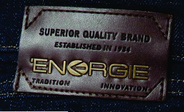 etiqueta de cintura para jean con apliques de metal energie jeans.
