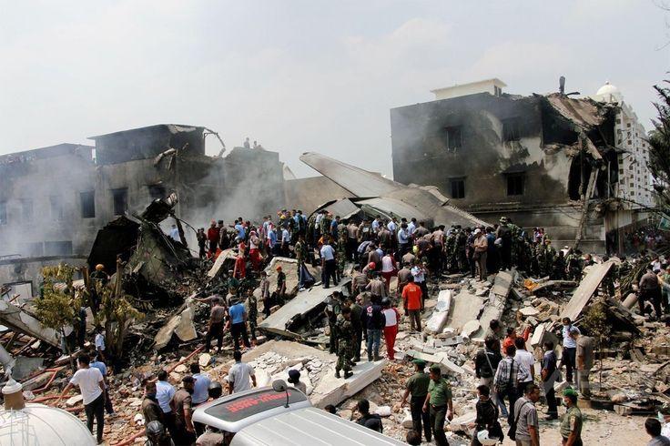 インドネシア・スマトラ島、メダンの住宅地に墜落したインドネシア軍の輸送機ハーキュリーズの残がいの周りに集まる群衆(2015年6月30日撮影)。(c)AFP/HENDRA ▼30Jun2015AFP|住宅街に軍輸送機墜落、死者110人超の恐れ インドネシア http://www.afpbb.com/articles/-/3053212