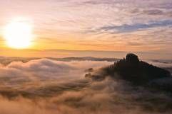 Nebelmeer in der Sächsischen Schweiz/ Elbsandsteingebirge. Blick zum Zirkelstein / Malerweg