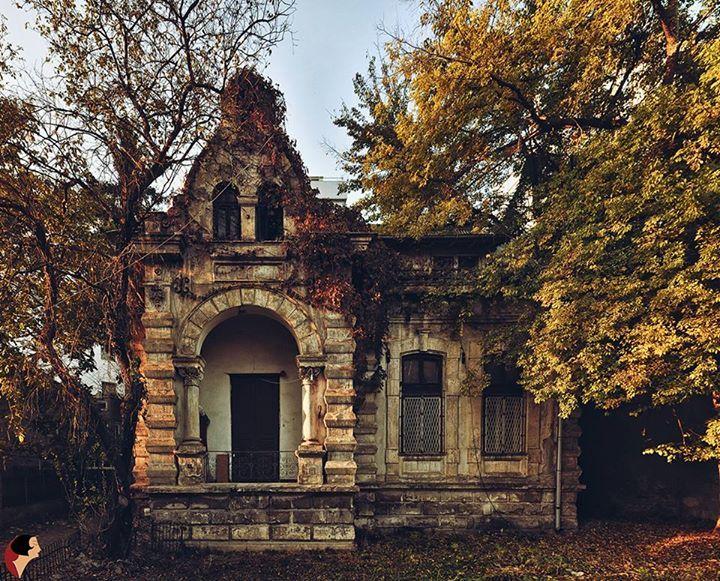 DincoloDeFatade O casă pictată în culorile toamnei - Str. Sevastopol, București