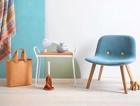 It's Friday and the sun is shining in Stockholm! This image of the Anyone stool has the most convenient of summer colors☀️ #mazeinterior #anyone #stool #leather #metal #furniture #setting #design #interior #inspiration #inspirationstips #minimalistic #inredning #scandinaviandesign #madeinsweden