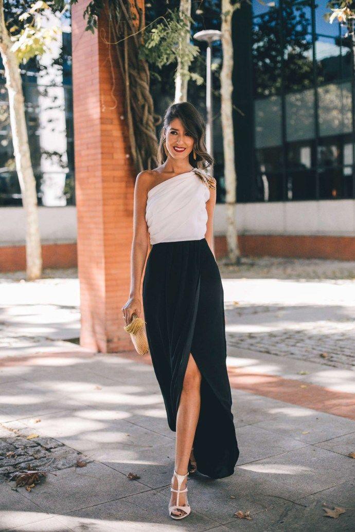 c61da9d868 Look invitada boda largo blanco negro escote asimetrico falda abierta  pendientes dorados bolso invitada
