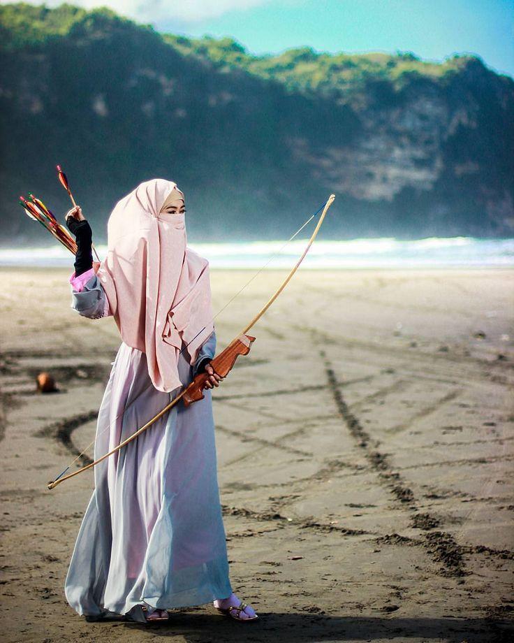 Sesungguhnya Allah azza wajalla akan memasukkan tiga orang ke dalam surga lantaran satu anak panah; orang yang saat membuatnya mengharapkan kebaikan orang yang menyiapkannya di jalan Allah serta orang yang memanahkannya di jalan Allah. Beliau bersabda: Berlatihlah memanah dan berkuda. Dan jika kalian memilih memanah maka hal itu lebih baik daripada berkuda. (AHMAD 16699) . #Lensa #Muslimah Dari Sudut Yang Indah . Like Share and Tag 5 Sahabat Muslimahmu . Follow @MuslimahIndonesiaID Follow