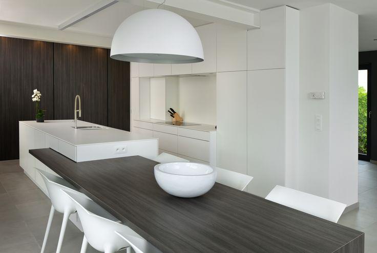 Modern keukeneiland verlengd met eettafel.
