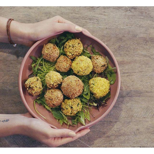 Estou me sentindo uma chef  BOLINHO de ARROZ super delícia com os ingredientes da Sabores Originais, que recebi da @netflixbrasil  Agora meu sábado ficou mais feliz :) Quem acha que devo colocar a receita no blog levanta a mão! o/  Para conhecer melhor a história por trás dos ingredientes que o Alex Atala usa na 2ª temporada de Chef's Table, só ir no site www.saboresoriginais.com.br INTERNET SUA LINDA <3 | PS: tem passo a passo da receita no snap  luandagazoni #chefstable