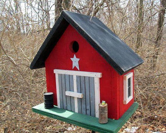 """Birdhouse País Double Door Barn Birdhouse por birdhouseaccents O telhado foi pintado de preto e base é pintada verde. as janelas foram enquadrados em guarnição branca e no fundo desenrosca para limpeza. a """"estrela branca 1,5 senta-se acima das portas duplas. Este birdhouse medidas aprox. 11 """"de comprimento por 7"""" de largura por 11 """"de altura. $46"""
