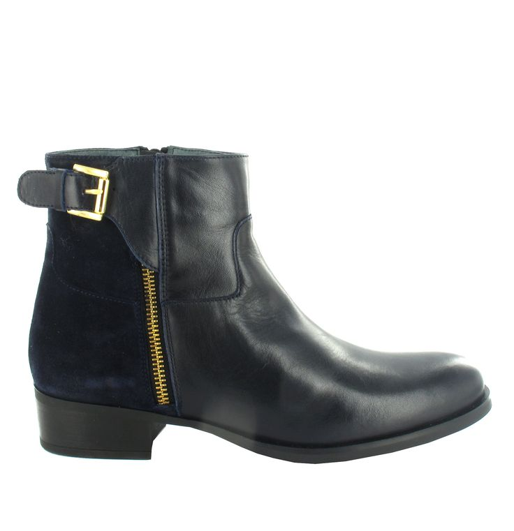 Botín plano de piel con hebilla en Azul marino. Casual y cómodo. Ref.6787// Leather ankle boot with buckle, in navy Blue. Comfortable and casual. Ref.6787