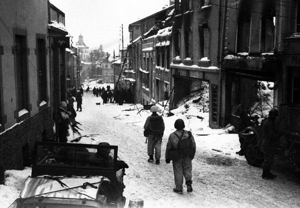 Patton's 3rd Army captures the town of Wiltz. The Germans withdrawal to the Siegfried Line, 21 January 1945. #WW2
