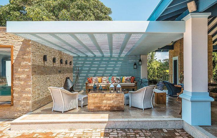 Preservar a linguagem da constru��o e incluir modernidade foi o mote da arquiteta Andrea Murao ao criar esta �rea de conviv�ncia em uma fazenda no litoral norte de S�o Paulo. � um grande living, sem paredes laterais, com vista para a mata e a piscina