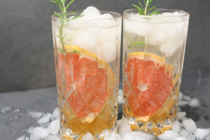 So schmeckt der Sommer… irgendwie habe ich in jedem Sommer ein Getränk, das ich unglaublich gern trinke . Im letzten Jahr war es Margarita, davor die Inge, davor der Hugo und ganz davor die gute alte Caipirinha. In diesem Jahr muss in jedem meiner Cocktails Gin stecken. Ich habe letztens bei einem Gin-Tasting mitgemacht und war überrascht über die Fülle von Gin-Arten und wie spannend die einzelnen Gin Sorten mit verschiedensten Tonics kombiniert werden. Obwohl wir hier in Berlin und Potsdam…