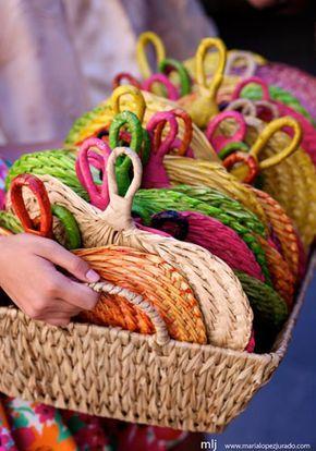 Regala un pai pai en tu boda. Colócalos en una cesta y repártelos entre los invitados. En Airedefiesta.com tenemos varios modelos. http://www.airedefiesta.com/content/1430/224/707/1/1/PAIPAIS-PLEGABLE-DE-COLORES.htm