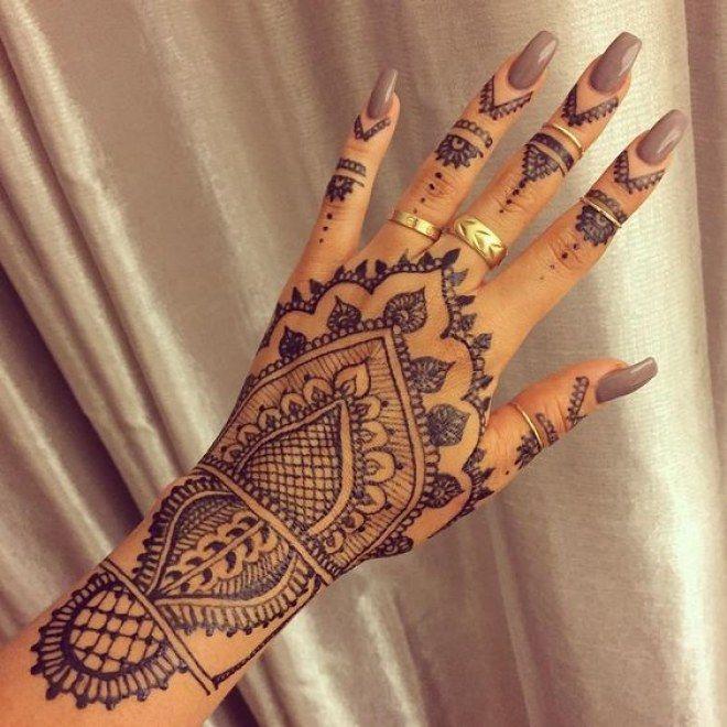 Tatouage de la main au henné noir