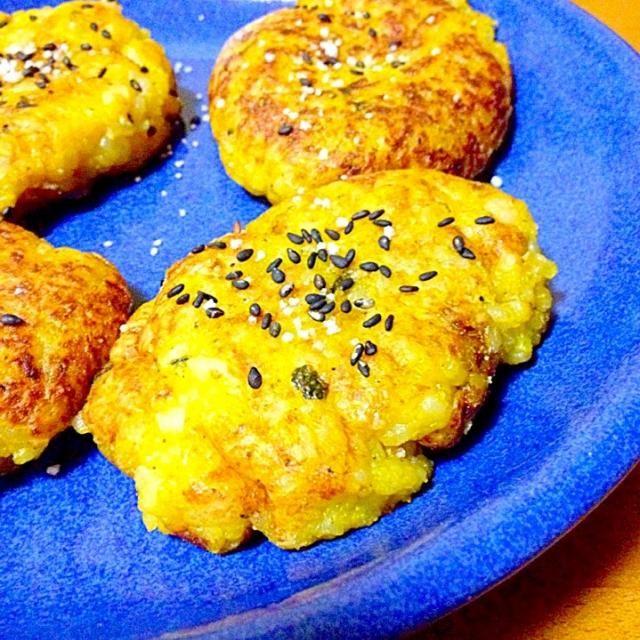 かぼちゃの煮物の残りに残りのご飯と豆腐と片栗粉でかぼちゃのモチモチ焼きを作り出した。海苔を巻いても美味しかったです。 - 87件のもぐもぐ - かぼちゃのモチモチ焼きかぼちゃの煮物リメイク by mayumi0525