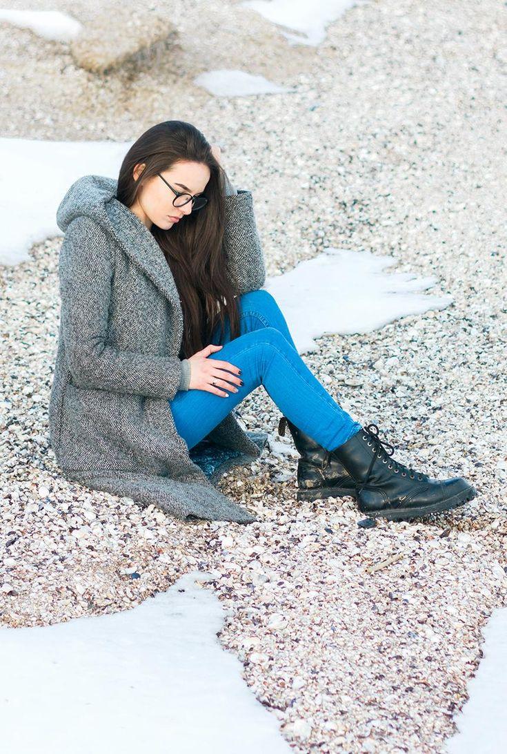 Conjunto abrigo gris, pantalones tejanos azules y botines negros #misconjuntos #conjuntomoda #modafemenina #modamujer #modainvierno #abrigogris #fashion #style #looks