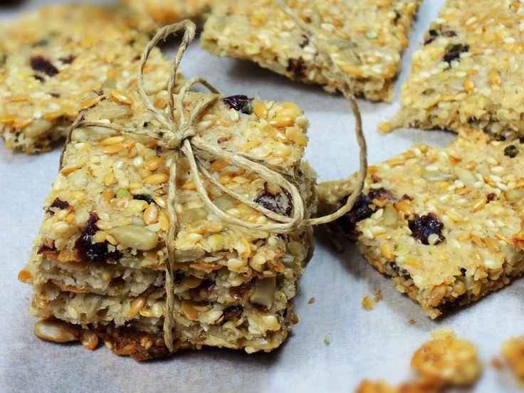 Křupavé, lehounce sladké krekry jsou plné zdravých semínek. Sladkost dodává rýžový sirup nebo med a pikantnost kousky brusinek.