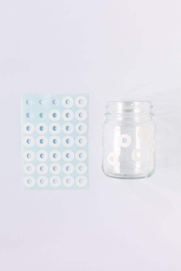 www.pequeocio.com / pintar un frasco de cristal con esmalte de uñas