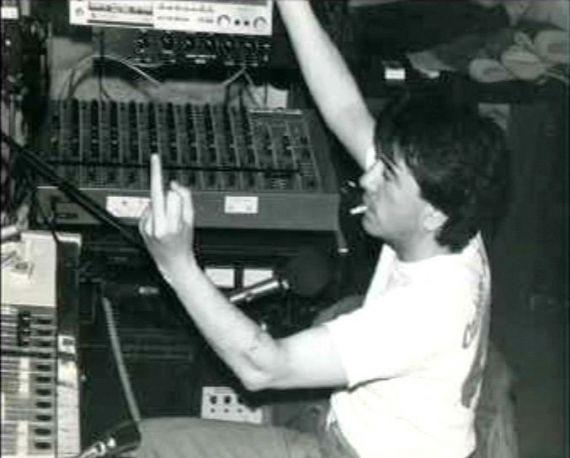 Jean-Yves LAMBERT dit LAFESSE En 1981, avec l'explosion des radios libres, il débarque sur l'antenne de Carbone 14, station irrévérencieuse où tout ou presque est permis, des petites annonces salaces au coït en direct. Lafesse s'y fait un nom en mettant en valeur son sens de l'improvisation et son goût pour les situations absurdes.