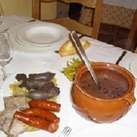 Alubias con Berza en Queen Anne's.  Este es un plato que se sirve en tres partes. Pueden degustar unas de las mejores alubias al estilo más tradicional en el País Vasco.  http://www.onfan.com/es/especialidades/centreville/venta-de-mandubia/alubias-con-berza?utm_source=pinterest&utm_medium=web&utm_campaign=referal