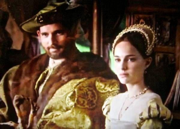 16~17世紀テューダー朝貴族女性。アン・ブーリン。 FrenchHood(フレンチフード)=女性の髪飾り。16~17世紀西ヨーロッパ。 フレンチフードは丸みを帯びた形状が特徴であるフード。髪形の上に着用され、背面に黒いベールが取り付けらている。着用時オデコは常時見えていた。 ヘンリー8世の2番目の妻であるアン・ブーリンがフランスから持ち帰り、イギリスに導入された(アンは新興富裕階級の純粋なイングランド人だが、フランスで教育を受けフランス宮廷に仕えていた)。 アンの死後、フレンチフードは後妻ジェーン・シーモアによって拒否・廃止されGableHoodへと変遷を遂げたが、ジェーンの死後、再びフレンチフードに戻った。  アン・ブーリンの被り物(French hood) - 夫婦で楽しむナチュラル スロー ライフ