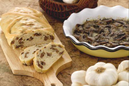 Strudel di pane ripieno di salsiccia e teglia di funghi saporiti