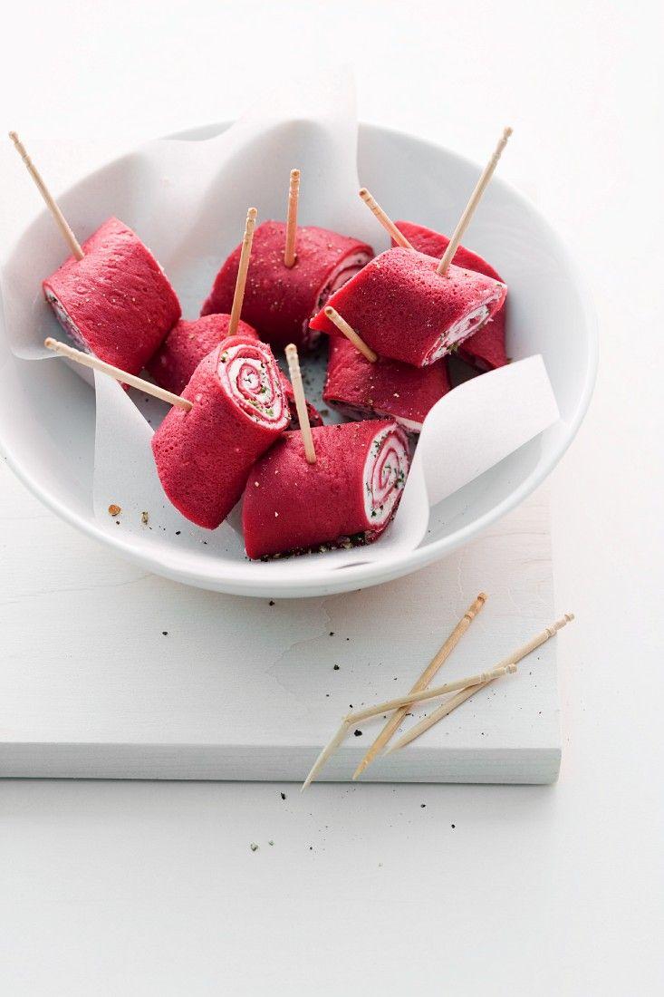 Pinke Pfannkuchenröllchen mit Ricotta-Kresse-Cremefüllung | http://eatsmarter.de/rezepte/pinke-pfannkuchenroellchen-mit-cremefuellung