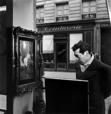 Tableau de Wagner dans la vitrine de la Galerie Romi, rue de Seine, Paris 6e, 1948 by Robert Doisneau