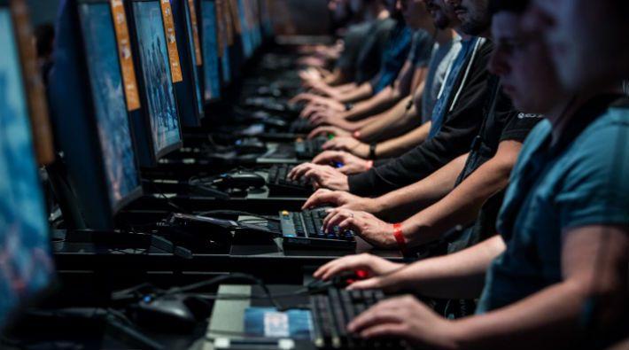 Günümüzde bilgisayarın her eve girmesi ile birlikte bilgisayar oyunlarının sayısı da oldukça arttı. Özellikle çocukların bilgisayar oyunlarına düşkünlüğü oyunların bağımlılık yaptığı sorusunu akıllara getirdi. #bilgisayar #bagimlilik