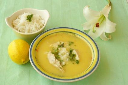 Esta sopa de limón, conocida como Avgolémono, lleva arroz y pollo desmenuzado y tiene una textura cremosa deliciosa! El avgolémono es el nombre en griego para la mezcla de huevo con limón que se utiliza en salsas y sopas mediterráneas.