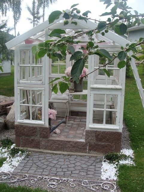 charming greenhouse made of recycled materials: Kasvihuoneita, Old Windows, Greenhouses Pots, Gardens, Awesome Greenhouses, Charms Greenhouses, Puutalokoti Blog, Recycled Window Greenhouses, Small Greenhouse