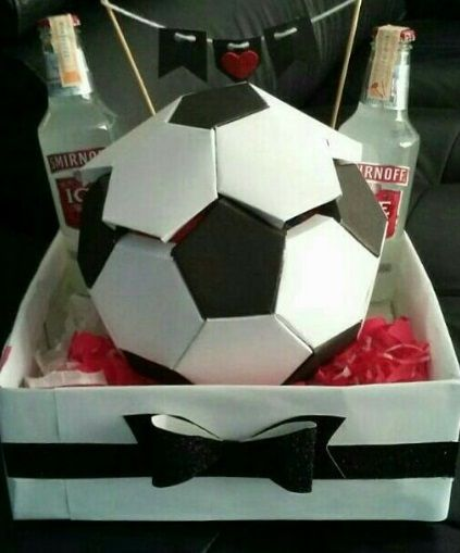 ¿Cuantas veces no te a pasado? Que no sabes que regalarle a tu novio, amigo o hasta incluso a tu papá😞 . HOY te mostramos esta magnífica pelota de fútbol, repleta de dulces y chocolates, es un arreglo bastante masculino y perfecta para cualquier ocasión⚽❤ #arreglos #regalos #manualidades #futbol #pelotadefutbol #regalodefutbol #hechoenvenezuela #creative