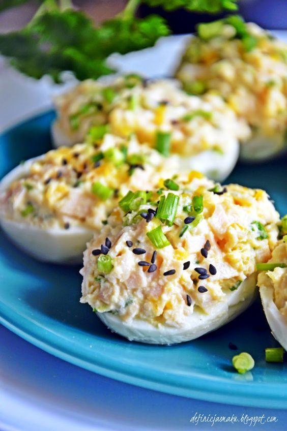 Wielkanoc tuż tuż, a wiadomo że jak Wielkanoc to na stole muszą pojawić się jajka :) Moja propozycja to jajka nadziewane genialnym farszem ...