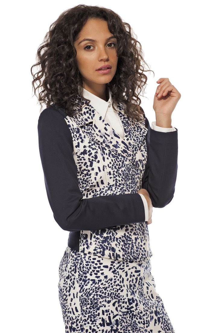 Ce veston imprimé est un essentiel pour un look impeccable et tendance #faitaucanada  / This cute printed jacket is a must for a stylish look #madeincanada https://www.tristanstyle.com/en/femmes/vestons/veston-imprime-avec-fermeture-eclair/9/fv110c0681z/