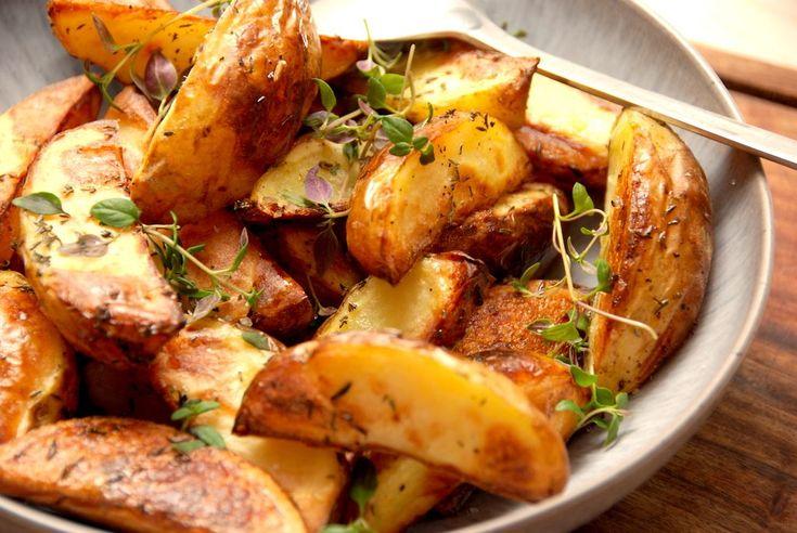 Her er simpelthen opskriften på de bedste og hjemmelavede kartoffelbåde i ovn, som forkoges med lidt eddike, krydres med timian og derefter steges sprøde og lækre i ovnen. Mums.