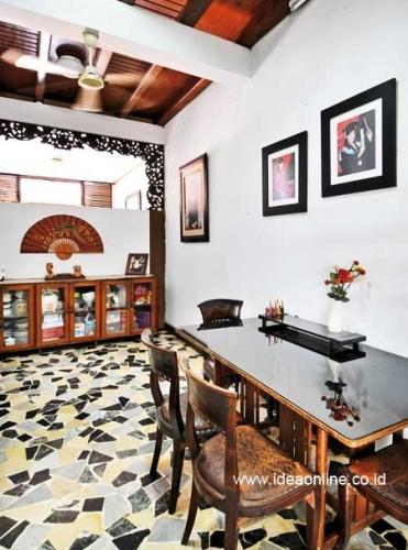 Randomize Floor at Dining Room. Photographer: iDEA/Richard Salampessy