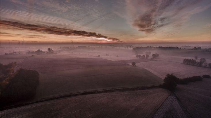 Z lotu ptaka: Mroźny listopadowy świt nad polami (okolice Radzynia, woj. kujawsko-pomorskie)